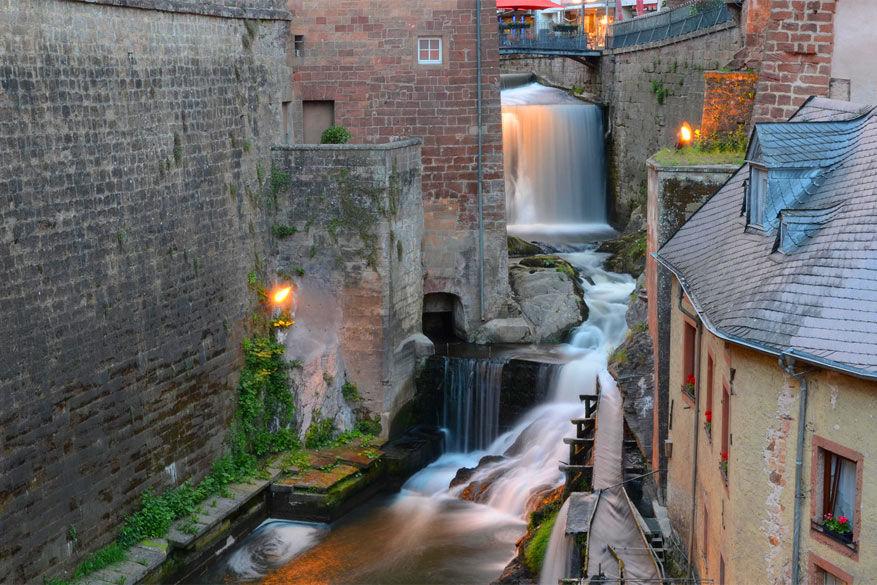 Saarburg: de Leuk stroomt door het stadje compleet met waterval