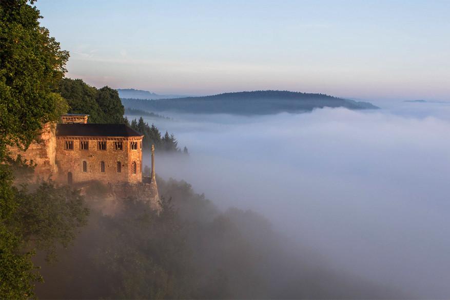 Saarburg: Klause Kastel doemt op uit de nevel van de Saarvallei