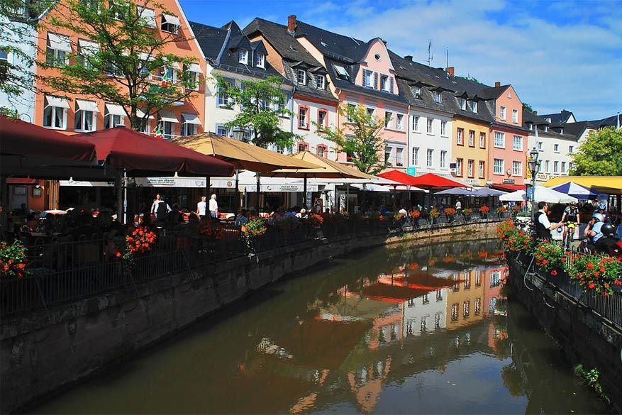 Saarburg: het centrum met kleurrijke terrasjes en gezellige waterwegen doet zuiders aan