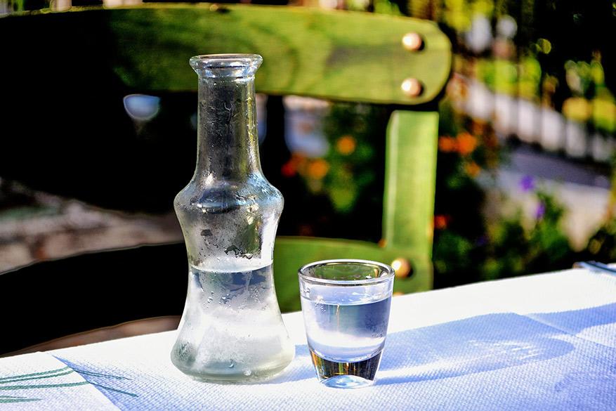 Proeven van de typsiche azijndrank Tsipouro is een must! © Pixabay