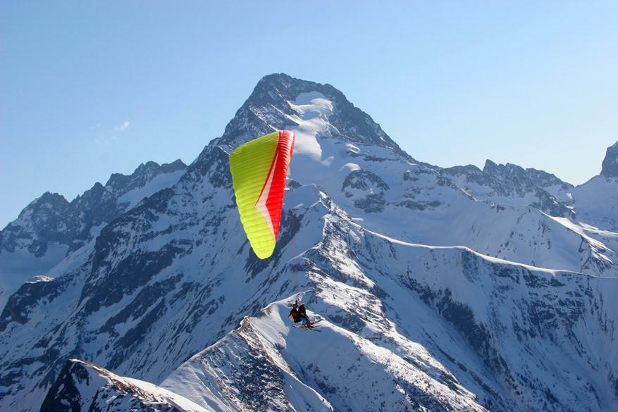 In veel Franse skigebieden kan je zelf parapenten boven de pistes! © OT Les 2 Alpes