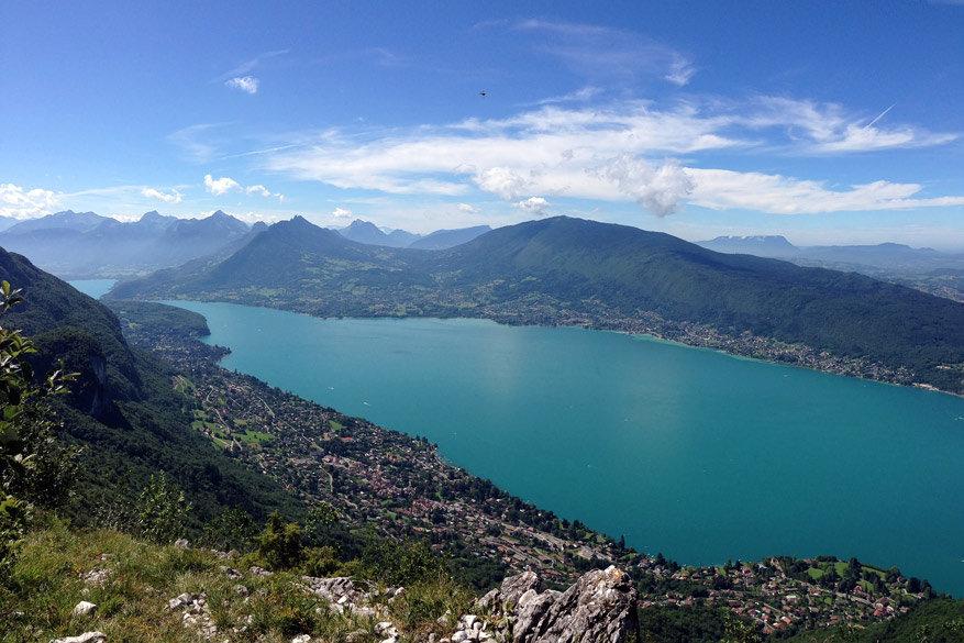 Het azuurblauwe meer van Annecy. © Pixabay