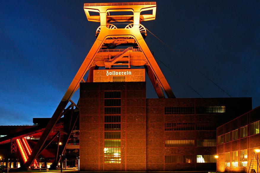 De mijnschacht van Zeche Zollverein ziet er nog indrukwekkender uit in het donker. © Zeche Zollverein