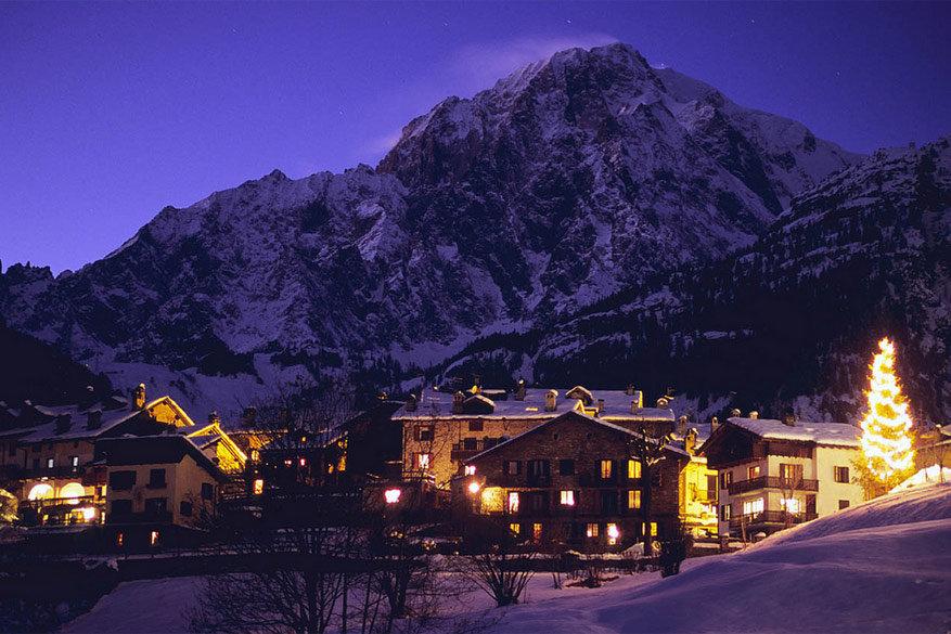 De Mont Blanc torent als een van de hoogste toppen boven het dal uit.