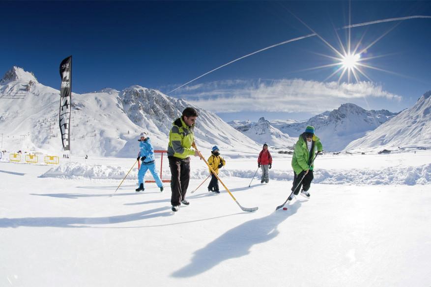 Op de ijspiste in Tignes kan je ook hockey spelen.