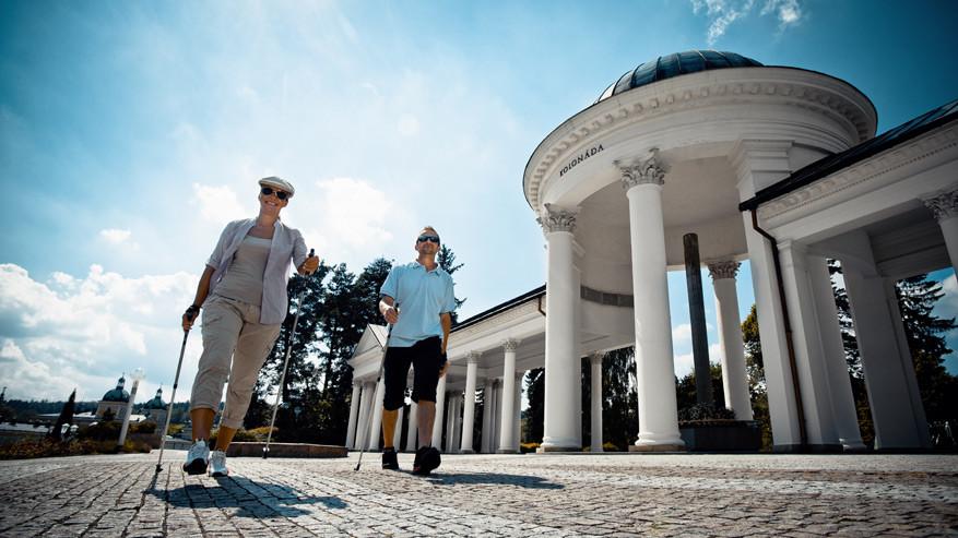 Wandelaars vlak bij de colonnade van Mariánské Lázně