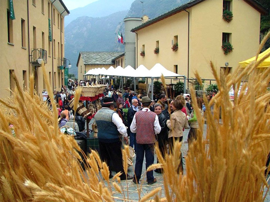 Gezelligheid op Marché au Fort in Bard. © Visit Aosta via Flickr