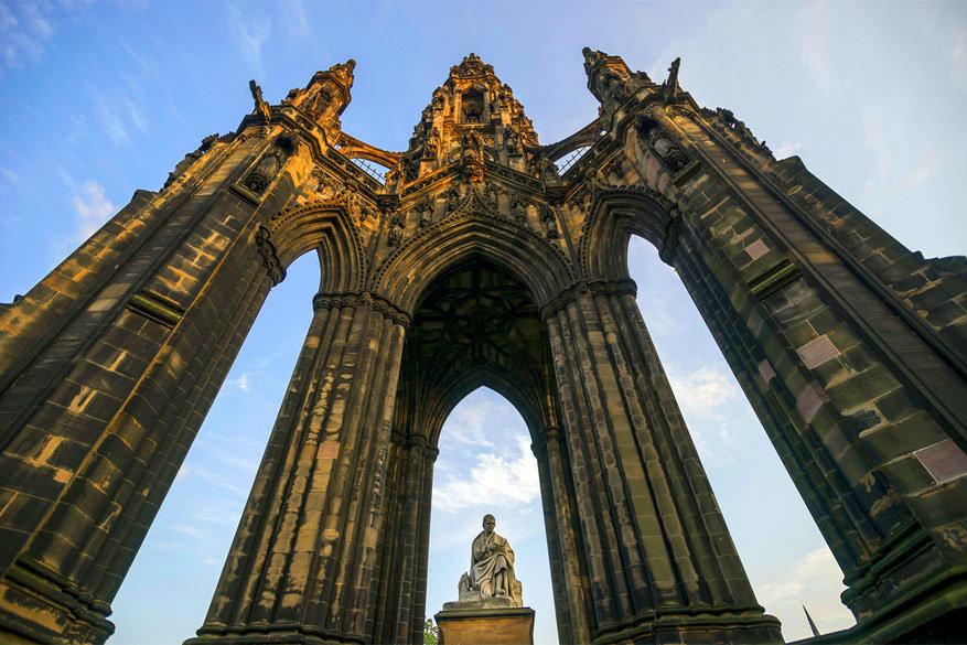 Het standbeeld van auteur Scott in Edinburgh