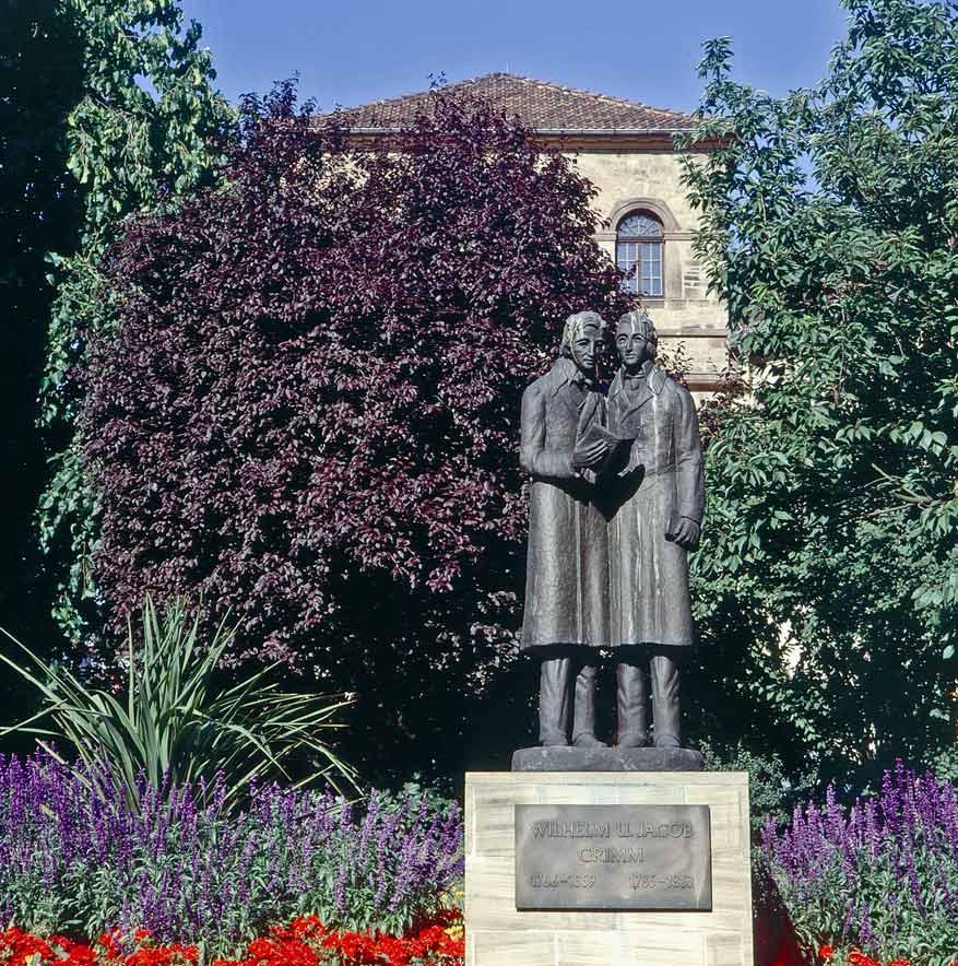 De gebroeders Grimm vereeuwigd in een standbeeld voor hun museum. © Kassel Tourist GmbH