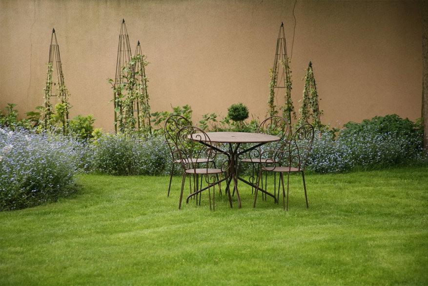 Zelfs de tuin werd romantisch en volledig in de stijl van het hotel ingericht.