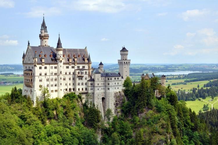 2. Slot Neuschwanstein: het kasteel Slot Neuschwanstein in Beieren werd gebouwd in de tweede helft van de 19e eeuw in opdracht van koning Lodewijk II van Beieren. Het is zijn beroemdste bouwwerk en met 1,3 miljoen bezoekers per jaar een van de populairste toeristische attracties van de stad. © Wikimedia Commons