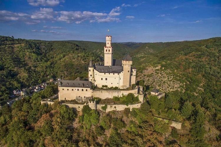 4. Kasteel de Marksburg: de Marksburg is de enige hoogteburcht aan de Rijn die nooit verwoest werd. Er is meer dan 700 jaar in geleefd. Vroeger deed het kasteel vooral dienst als staatsgevangenis. © Wikimedia Commons