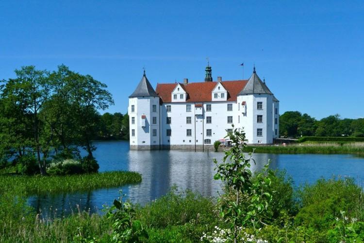 6. Kasteel Glücksburg: dit slot uit de renaissance was de woonplaats van zowel Duitse als Deense adel. Het Noord-Europese bouwwerk is helemaal omringd door water. © Pixabay