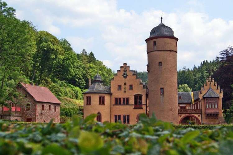 7. Kasteel Mespelbrunn: dit kasteel ligt tussen Frankfurt am Main en Würzburg. Omringd door water ademt dit kasteel een romantisch sfeer uit. Hier werden opnames gemaakt voor de film Das Wirtshaus im Spessart met de acteurs Liselotte Pulver en Carlos Thompson uit 1957. © Pixabay