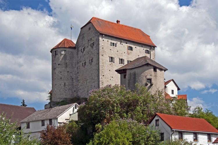 8. Kasteel Wolfsegg: dit is een van de weinige middeleeuwse kastelen in de Oberpfalz regio dat intact bleef door de eeuwen heen. In kasteel Wolfsegg zou een geest, de 'witte dame', rondzwerven. © Mapio