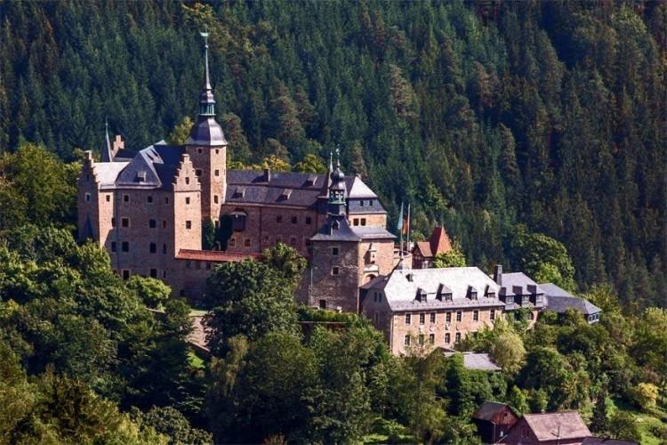 9. Kasteel Lauenstein: dit kasteel uit de twaalfde eeuw ligt in Ludwigsstadt. In de negentiende eeuw werd het kasteel, dat zwaar verwaarloosd was, helemaal gerestaureerd. © Wikimedia Commons