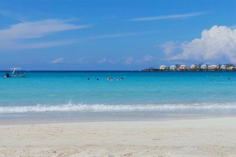 4. Negril, Jamaica: het belangrijkste strand van Negril heet 7 mile Beach en is dus bijna 11,5 kilometer lang. Naast de typische strandactiviteiten kun je hier ook even het binnenland intrekken om op krokodillenjacht te gaan of paard te rijden. © Wikimedia Commons