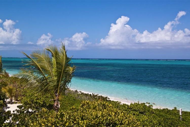 1. Providenciales: dit is een eiland in het Caribisch gebied en onderdeel van de Turks- en Caicoseilandengroep. De witte stranden en het rustige, heldere water maken van dit eiland duidelijk een topbestemming. © Wikimedia Commons
