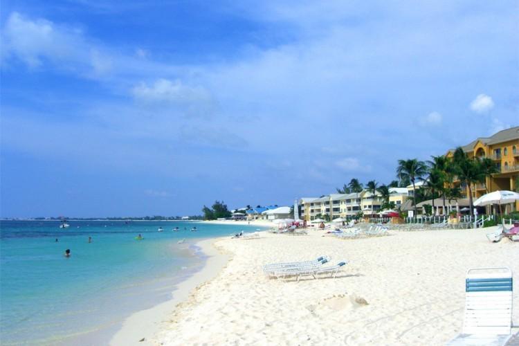 7. Seven Mile Beach, Kaaimaneilanden: de combinatie van de heldere waters en hippe strandbars maakt deze bestemming een must voor jongeren. Het strand ligt aan de westkust van het eiland Grand Cayman. © RoadTripWarrior via Wikimedia Commons