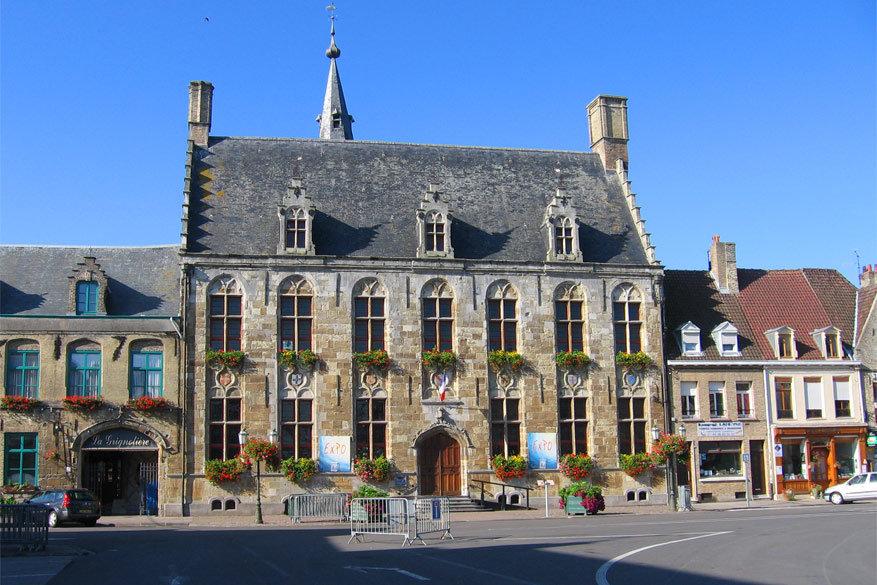 Het stadhuis van Hondschoote. © Panoramio