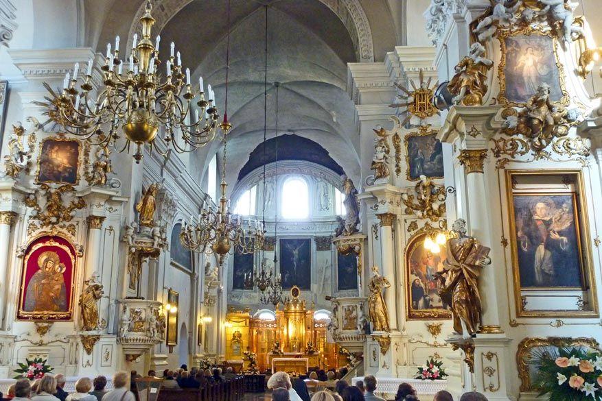 De Dominicaanse basiliek verbaast met z'n ornamenten en het aantal aanwezigen. © Bruno Loockx