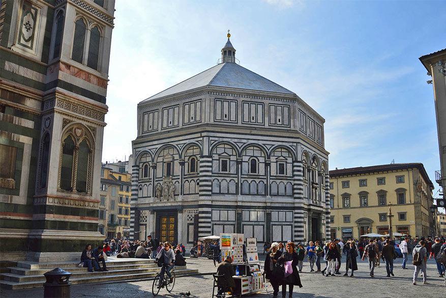 De doopkapel in Firenze met de gouden paradijspoort. © Wikimedia Commons