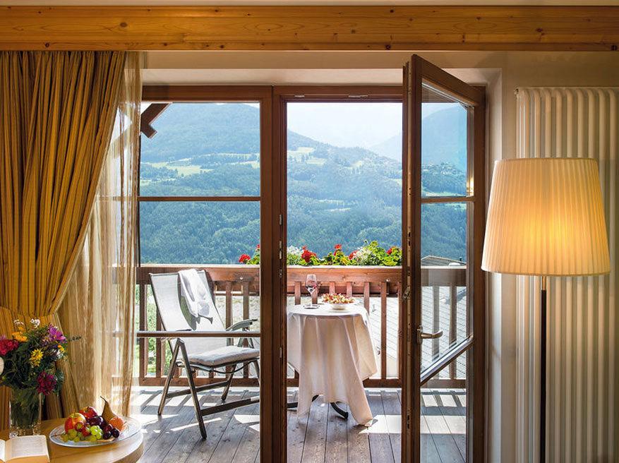 Bijna alle kamers beschikken over een balkon met een knap uitzicht.