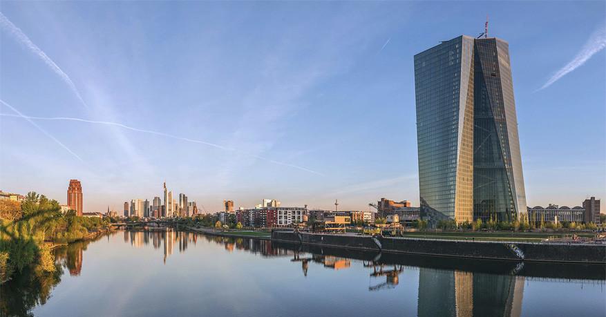Het gebouw van de ECB zorgt voor een moderne skyline langs de Main © Wikimedia Commons