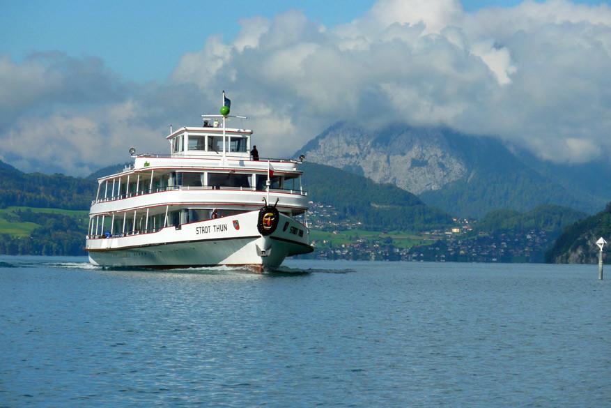 Een veerboot op het meer van Thun. © Bruno Loockx