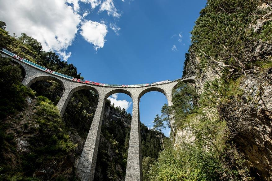 De Glacier Express baant zich moeiteloos een weg door de bergen. © Toerisme Zwitserland