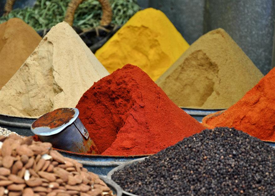 De typische kruidenhopen op de markt © Josh via Flickr Creative Commons