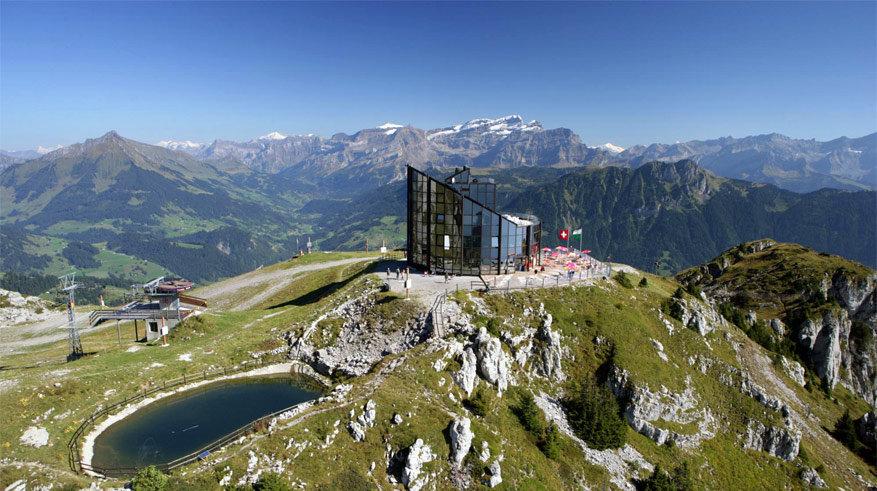 Restaurant Kuklos draait 360° rond om optimaal van het uitzicht te kunnen genieten.