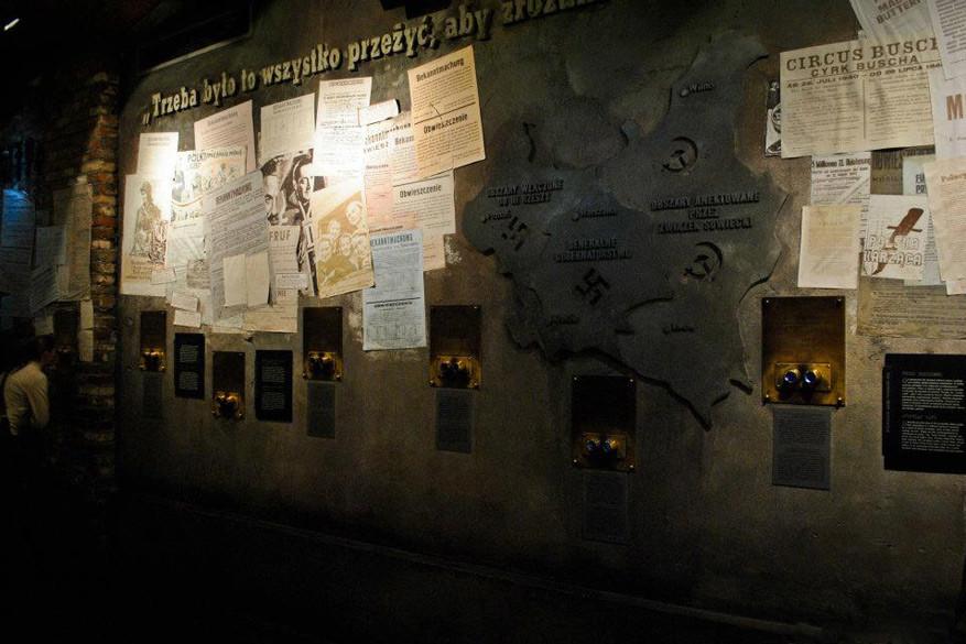 In het Uprising Museum blijf je verbijsterd achter na het zien van originele documenten en beeldmateriaal.