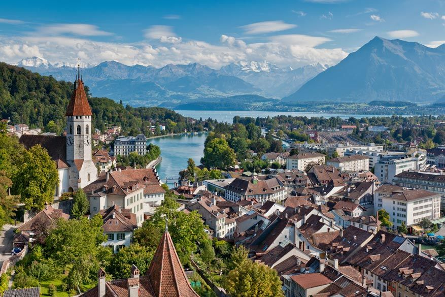 Een blik op Interlaken met het meer van Thun. © Interlaken Tourismus / Jan Geerk