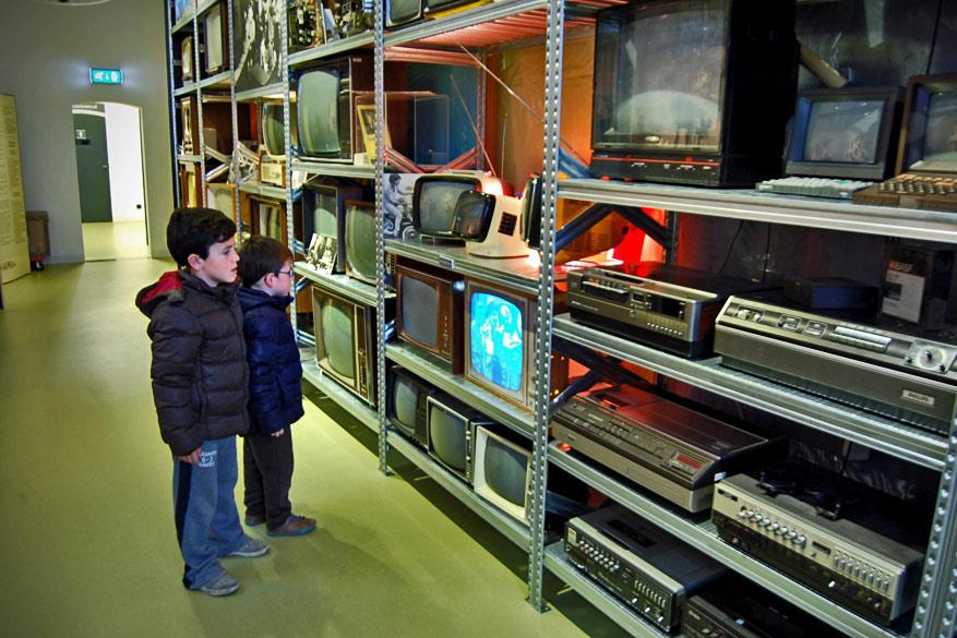 De kinderen verbazen zich over de tv's van toen.