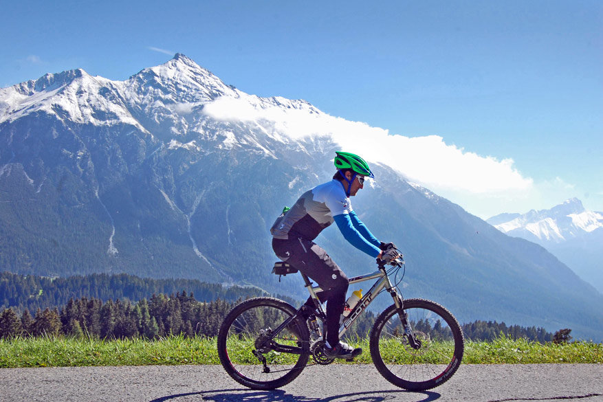 Op de mountainbike met fenomenale zichten op de bergen rond ons!