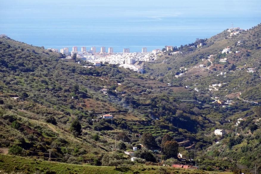 De typische witter architectuur valt op tussen de groene heuvels.