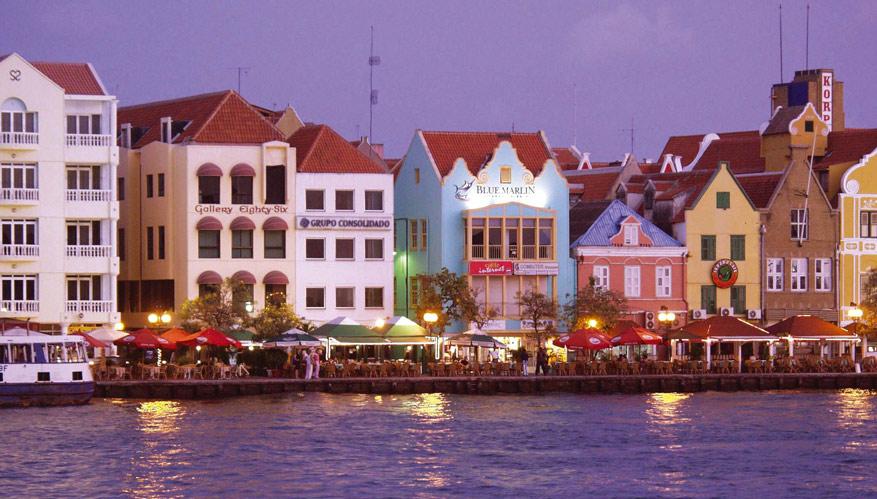 De Handelskade in Willemstad, hoofdstad van Curaçao.