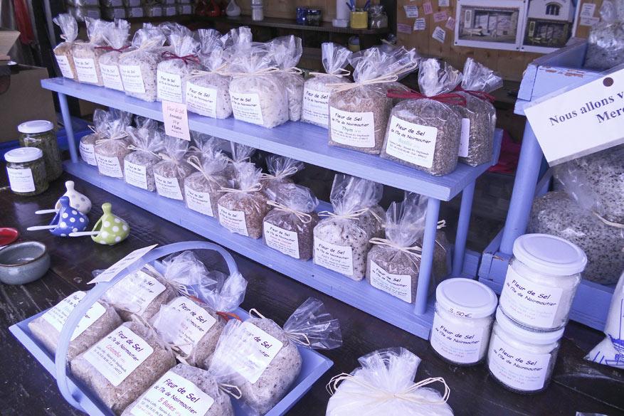 Traditionele zoutkraampjes bieden het 'witte goud' aan.