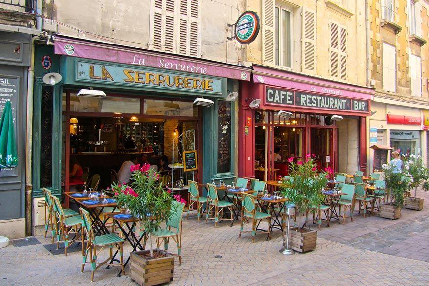 De cafeetjes in de straatjes van Poitiers nodigen uit voor een lekkere koffie of iets zoet.