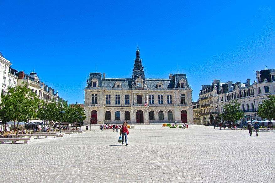 Het gemeentehuis van Poitiers op de Place du Maréchal-Leclerc.