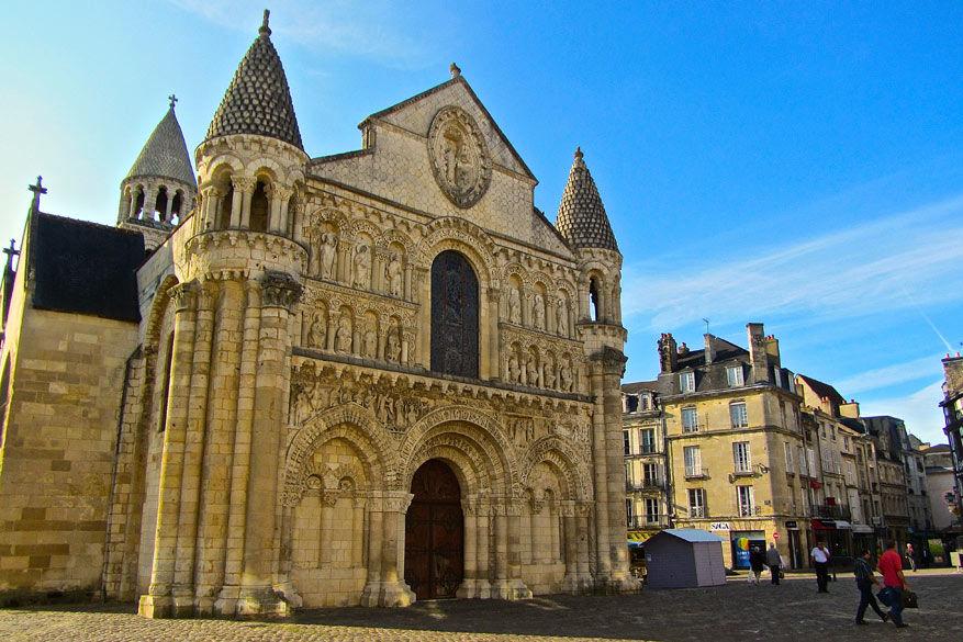 De voorgevel van de Notre Dame la Grande trekt meteen de aandacht.