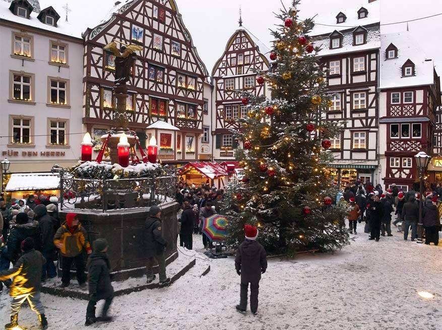De besneeuwde vakwerkenhuizen van Bernkastel-Kues © Bernkastel-Kues Weihnachtsmarkt