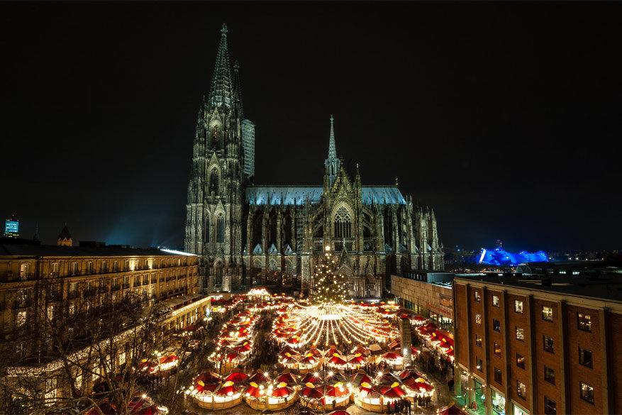 Rond de Dom in Keulen staan verschillende kerstkraampjes opgesteld © Shutterstock / Thomas Ramsauer