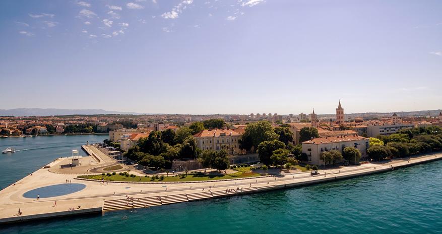 De Zadar Riva promenade vanaf het water, met de ronde, blauwe zeeorgel.