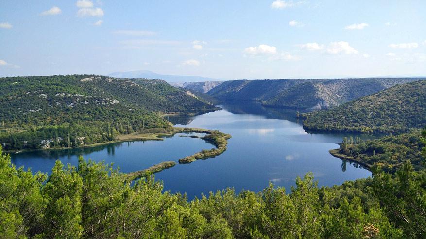 De rivier Krka versiert het groene landschap.