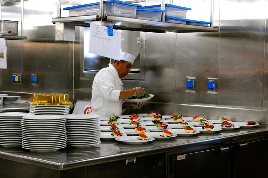 De keuken rept zich om beide shiften op tijd van eten te voorzien.