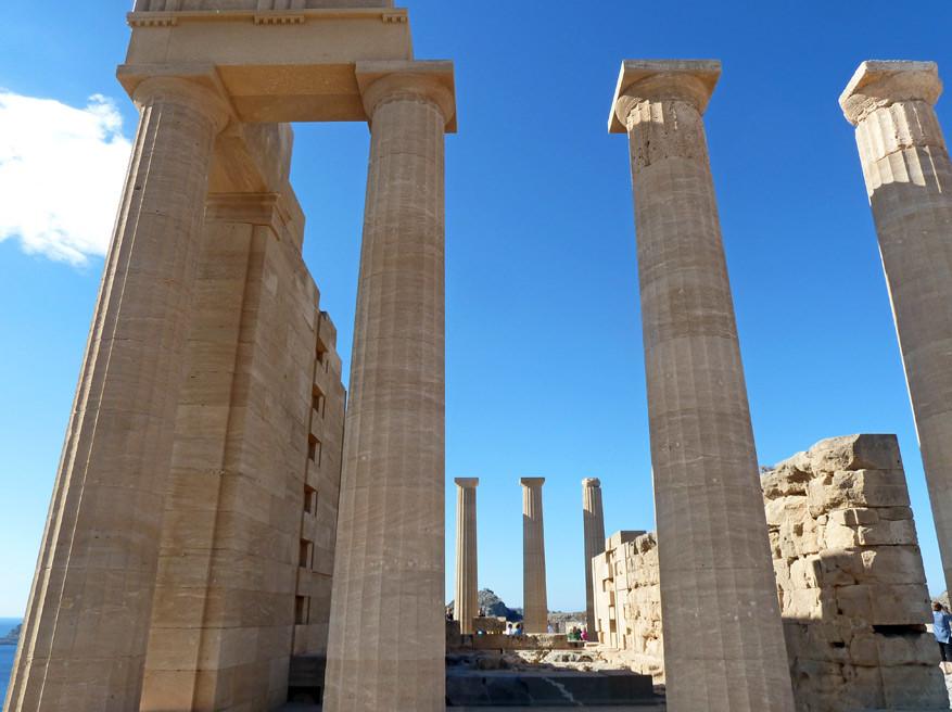 De indrukwekkende zuilen van de Akropolis van Lindos.