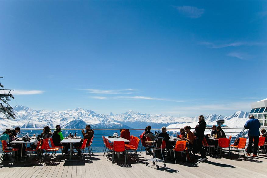 Genieten van het uitzicht gaat in het panoramarestaurant Bettmerhorn © Pathara Buranadilok