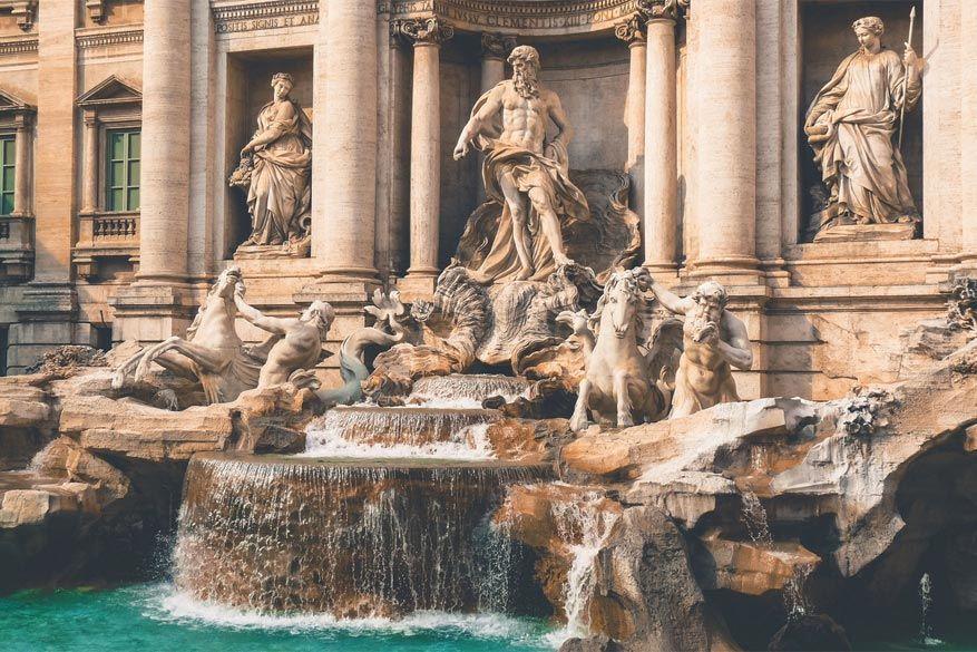 Wandelen in Rome: details van de Trevi fontein
